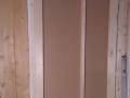 5 cm utforing mot garderobeskap for lyd-/temperaturskille.