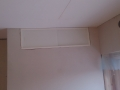 Prøvemontering av skap i ledig rom over garderobeskapet som vender andre veien. Taket er skjevt..